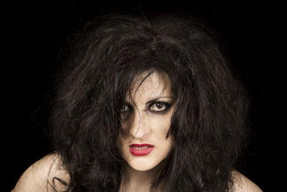 El cabello, ¡descontrolado! Para complementar el maquillaje, aseg&...