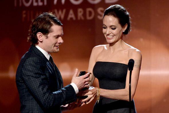 Angelina Jolie se emocionó cuando entregó a  Jack O'Connell la estatuill...