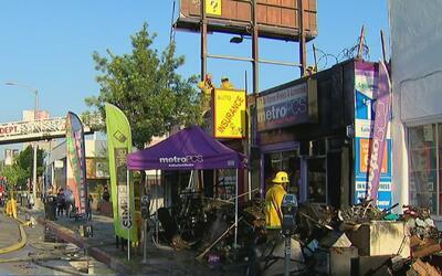Tres negocios de un centro comercial resultaron afectados por un incendi...