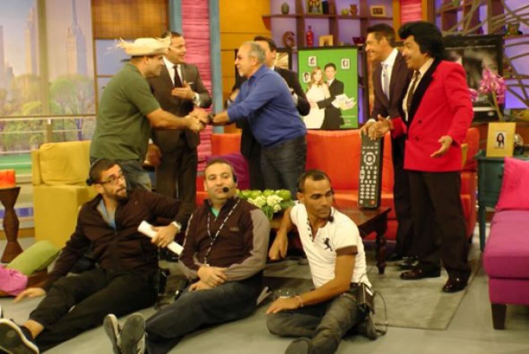 El reconocido productor Emilio Estefan estuvo de visita en el estudio y...