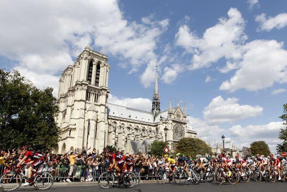 Las hermosas postales no podían faltar en la última etapa del Tour, dond...