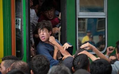 Una gran cantidad de migrantes en la estación de Keleti en Budapest, Hun...