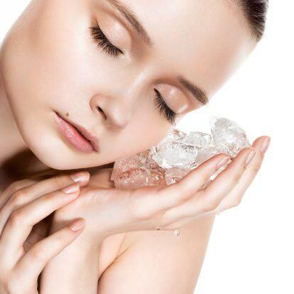 ¡Frotar un cubito de hielo sobre tu rostro también ayudará a que tu maqu...