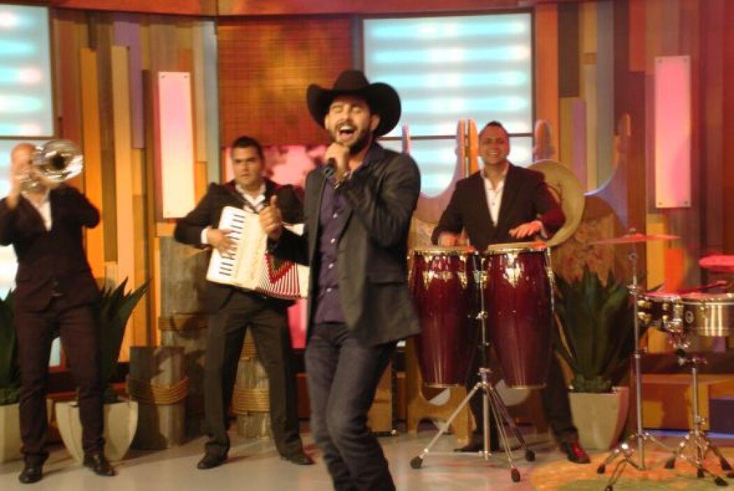 Antes de dejar el programa, El guapo cantante deleitó a todas sus fanáti...