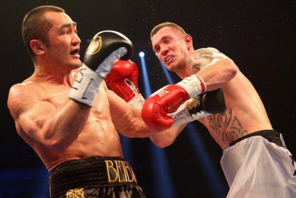 Beibut Shumenov noqueó en tres rounds a Tamas Kovacs y retuvo el título...