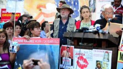 Entre las personas que recibieron al grupo del poeta y activista se enco...