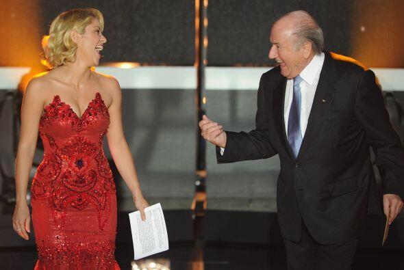 Shakira acudió a la Gala y acompañó a Blatter a entregar algunos premios.