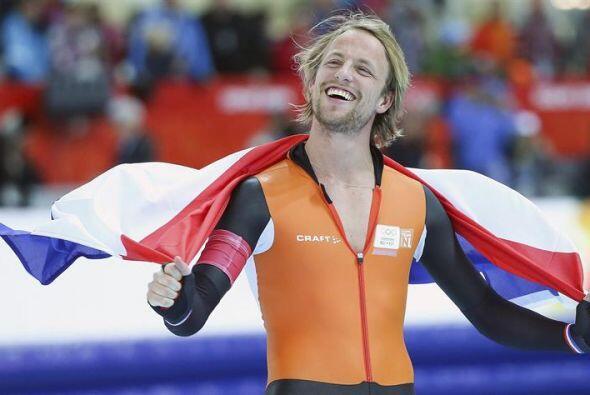 El holandés Michael Mulder celebra la medalla de oro conseguida en la pr...