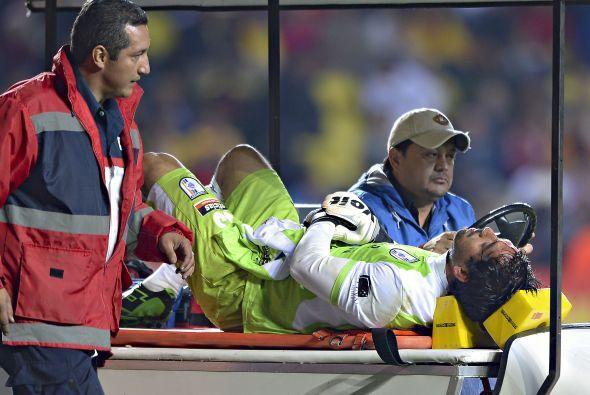El portero del Querétaro tuvo que abandonar el encuentro por el herida s...