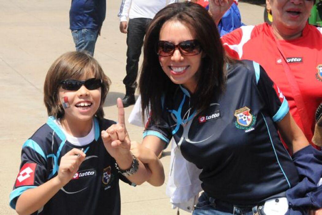 Madre e hijo apoyando a Panamá.