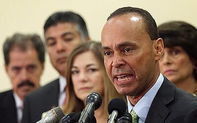 El congresista Luis Gutiérrez (Illinois) junto a otros legistador...
