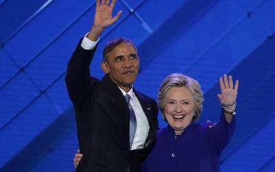 Hillary Clinton entra para agradecer el discurso de Obama