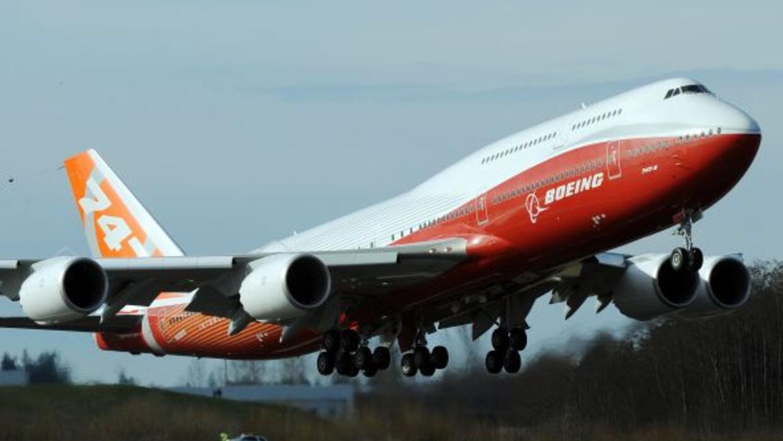 El fabricante aeronáutico Boeing realizó el vuelo inaugural del 747-8 In...