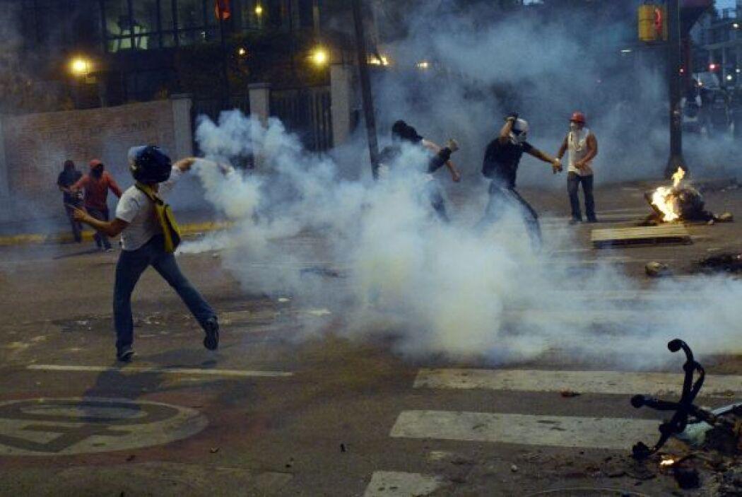 Con barricadas en llamas y lanzando piedras a la policía para quejarse d...