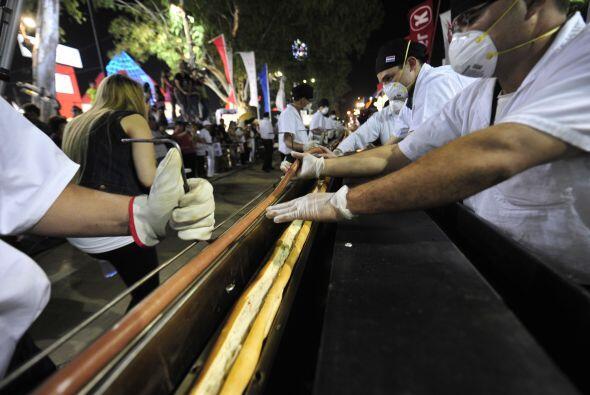 Un  hotdog de 656.167 pies (200 metros) de largo se cocinó en una parril...