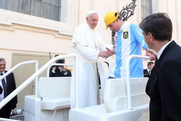 Este pequeño vestido con la playera del equipo de futbol argentin...