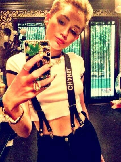 A Miley Cyrus le encanta mostrar sus huesitos y de paso su carísimo guar...