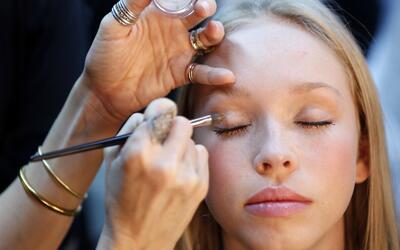 Evita improvisar, prueba tu maquillaje y peinado antes de la boda.
