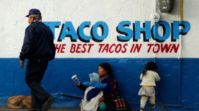 Una mujer pide dinero en la avenida Revolución de Tijuana.