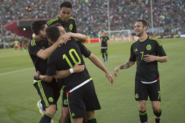 Sus compañeros aplaudían el gol que levantó a todo el Estadio.