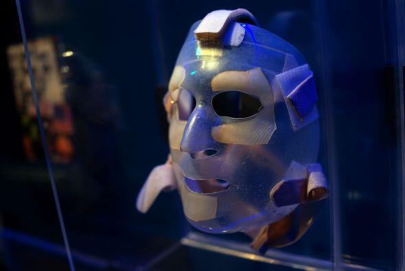Una máscara usada por una de las víctimas que sufrió quemaduras tras los...