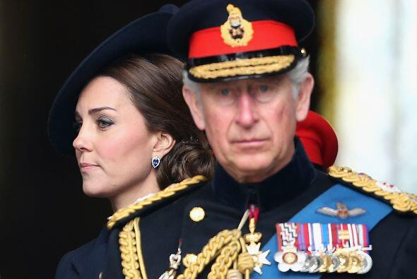 El Príncipe Carlos, muy serio en la ceremonia.