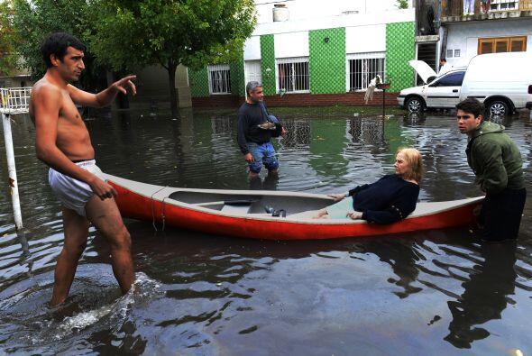 Las televisiones locales muestran las secuelas del temporal en los barri...