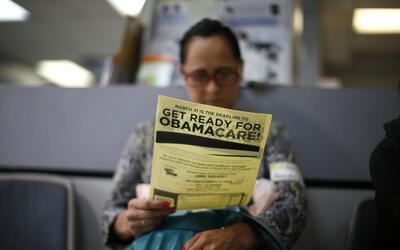 Arminda Murillo, de 54 años, lee un documento informativo sobre O...