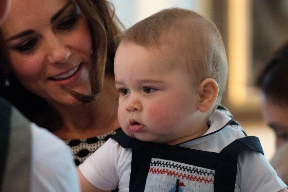 La Duquesa de Cambridge llevó al pequeño George a su primer acto social:...