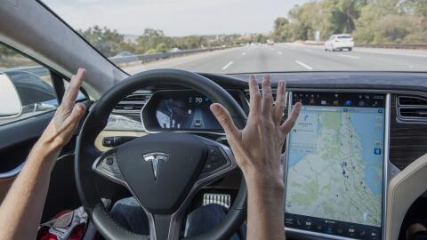 Un Tesla Model S avanzando gracias al sistema Autopilot.