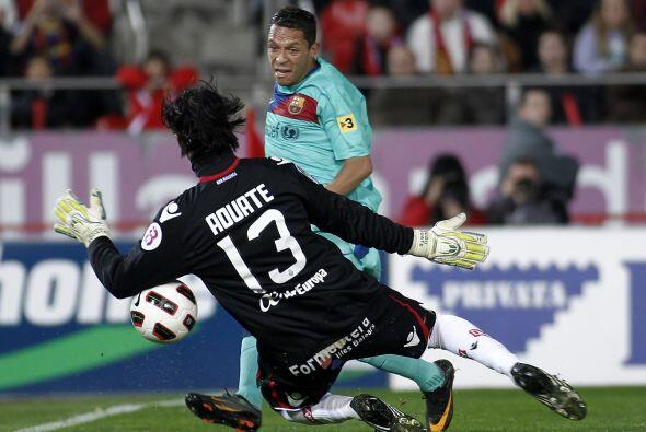 El laretal Adriano tuvo su chance pero la pelota recorrió la l&ia...