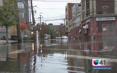 Ruptura de tubería tiene bajo agua en Hoboken