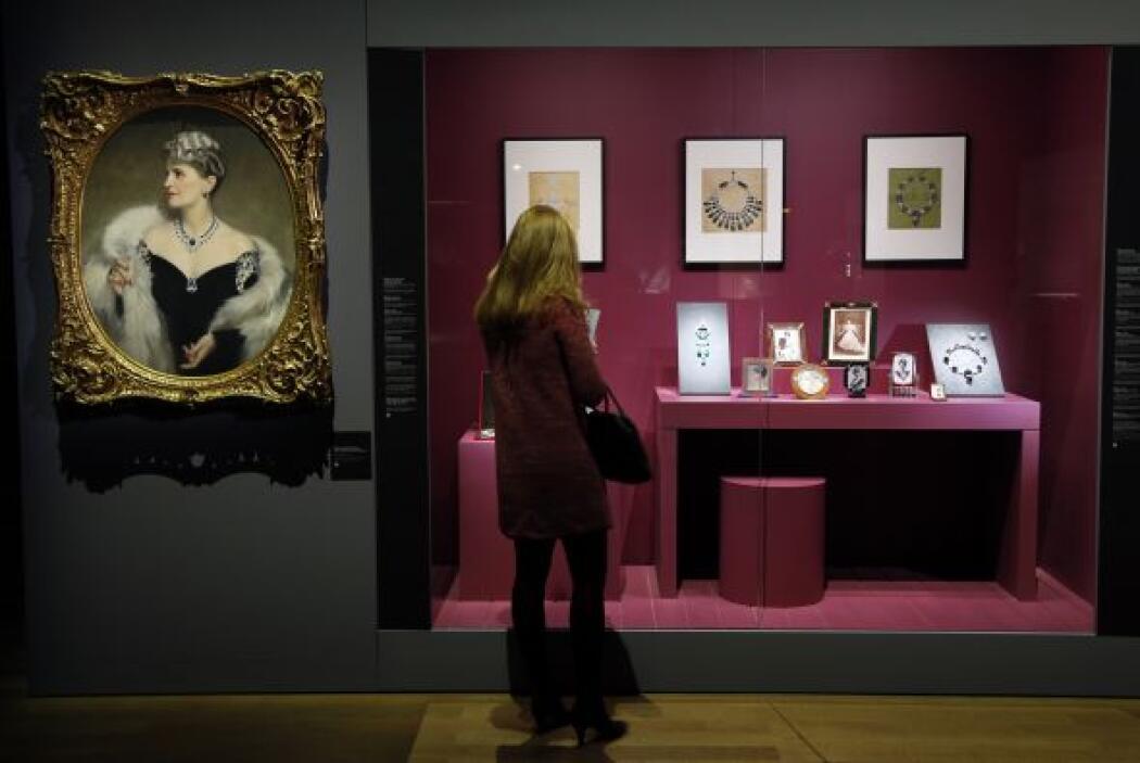 En la imagen tomada el 1ro de diciembre, una mujer observa los costosos...