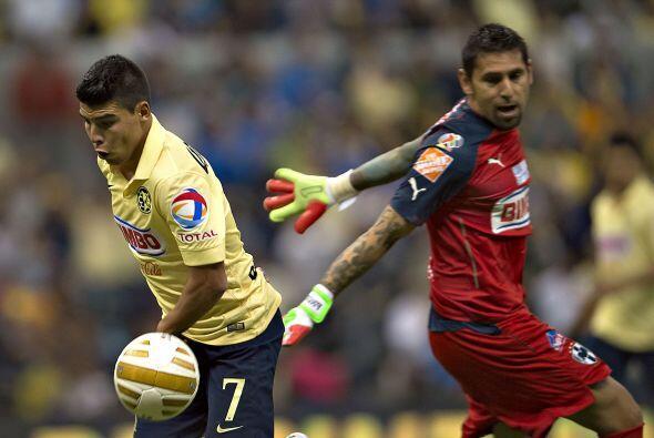 Orozco le robó el gol a Luis Gabriel Rey en el primer tiempo con un lanc...