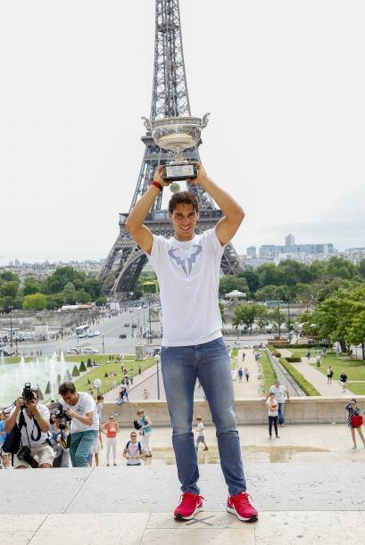 El español Rafael Nadal presumió su noveno trofeo de Rolan...