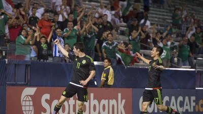 Marco Bueno festeja uno de los goles de México.