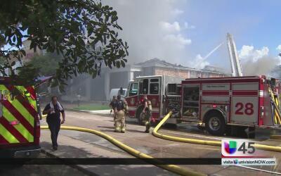 Decenas de familias lo pierden todo en un incendio en Houston
