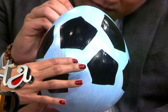 Y convirtió a su huevito en todo un balón de futbol. El lo...