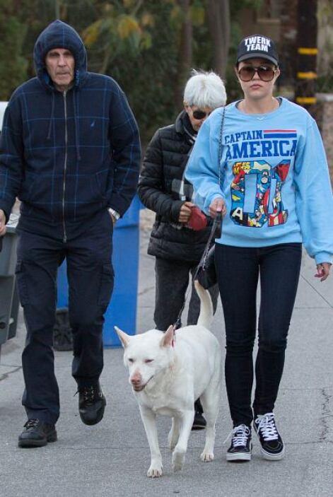 Mientras tanto, salió a pasear con sus padres y sus mascotas. Más videos...