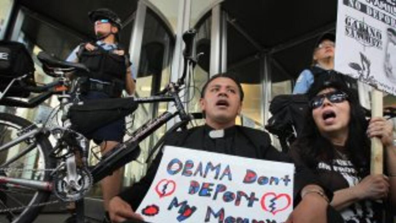 El sacerdote José Landaverde, de la iglesia Nuestra Señora de Guadalupe,...