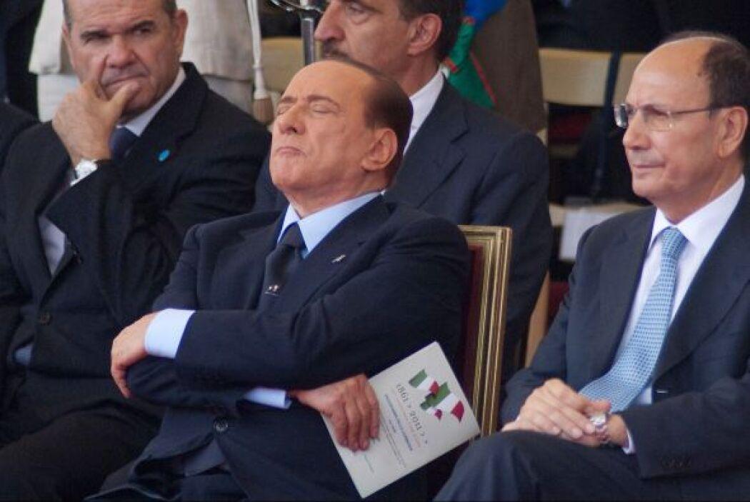 En 2011, el primer ministro Silvio Berlusconi se tomaba una siesta pese...