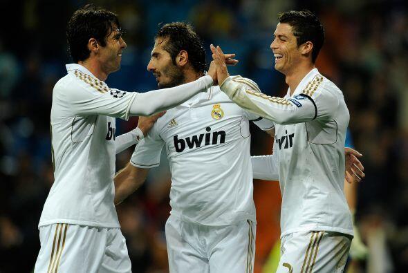 Todos aplaudían la maravila de gol que hizo el futbolista portugués.