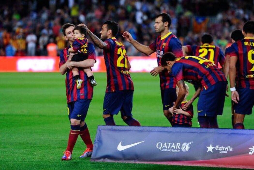 Lionel no dejó pasar la ocasión para aparecer en la foto del equipo carg...