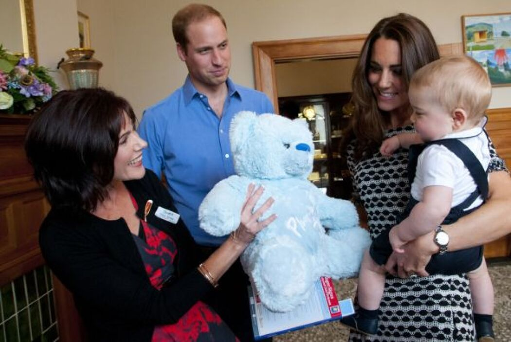 El suave oso azul de inmediato dibujó una sonrisa en el futuro rey, aunq...