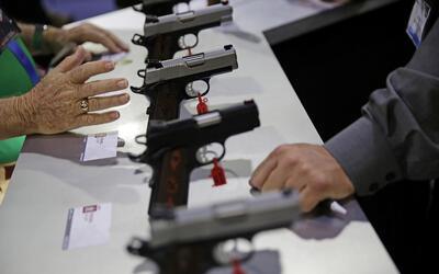 Pistolas en exhibición en la Convención de la Asociaci&oac...