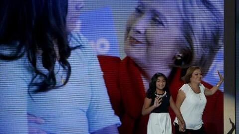 Karla Ortiz y su madre, Francisca Ortiz, salen del escenario de la Conve...