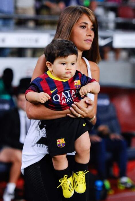 Llevaba al hijo que tiene con el astro argentino.