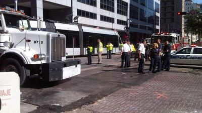 El tren ligero se descarriló a consecuencia del impacto. (Foto cortesía...