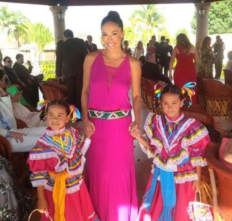 Karla Martínez con sus hijas momentos antes de comenzar la ceremonia ofi...