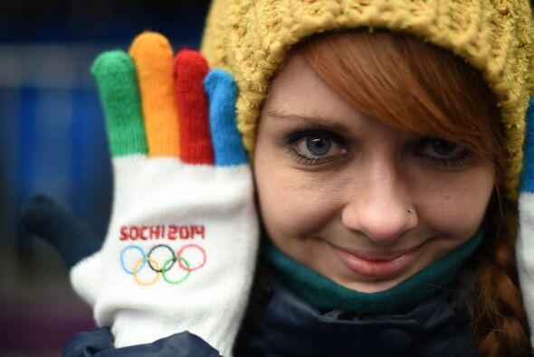 Una joven muestra sus guantes alusivos a los Juegos Olímpicos de Inviern...